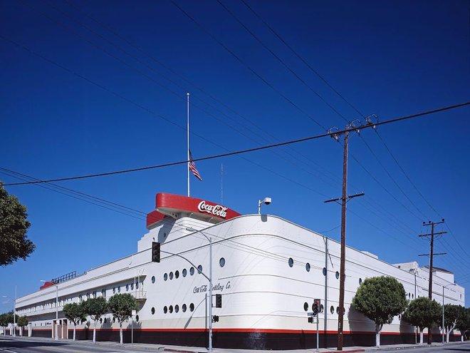 Mặc dù toà nhà mang tính lịch sử Coca-Cola ở Los Angelesvnhìn qua có vẻ giống thuyền nhưng nó lại có nhiều đặc điểm giống một con tàu bao gồm cửa sổ giống như trên tàu thật, lối đi men, và cả cầu. Toà nhà này trở thành biểu tượng văn hoá lịch sử Los Angeles năm 1975, 36 năm sau khi nó được xây dựng.
