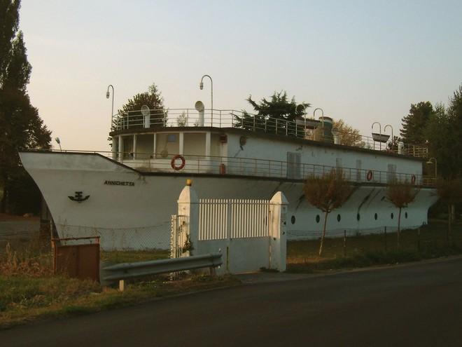Chiếc thuyền ở giữa đất liền này toạ lạc ở Annicco, một công xã ở Ý.