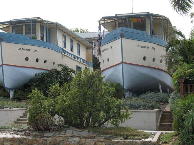 """SS Encinitas và SS Moonlight toạ lạc ở 2 khối nhỏ trên mặt đất từ đại dương ở Encinitas, California nhưng chúng chưa bao giờ được """"hạ thuỷ"""". 2 toà nhà được xây dựng vào những năm cuối thập kỷ 20 của thế kỷ 19 và được xem như là ví dụ điển hình cho """"kiến trúc sân nhà"""", theo cộng đồng mang tính lịch sử của thị trấn."""