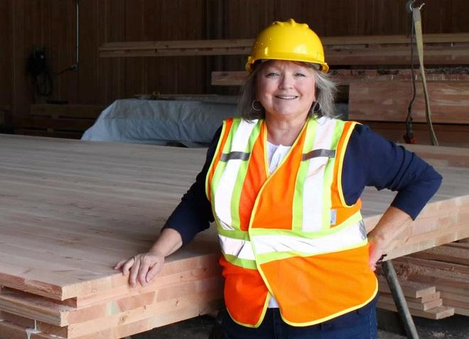 Valerie Johnson, chủ sở hữu công ty D.R. Johnson Wood Innovations.