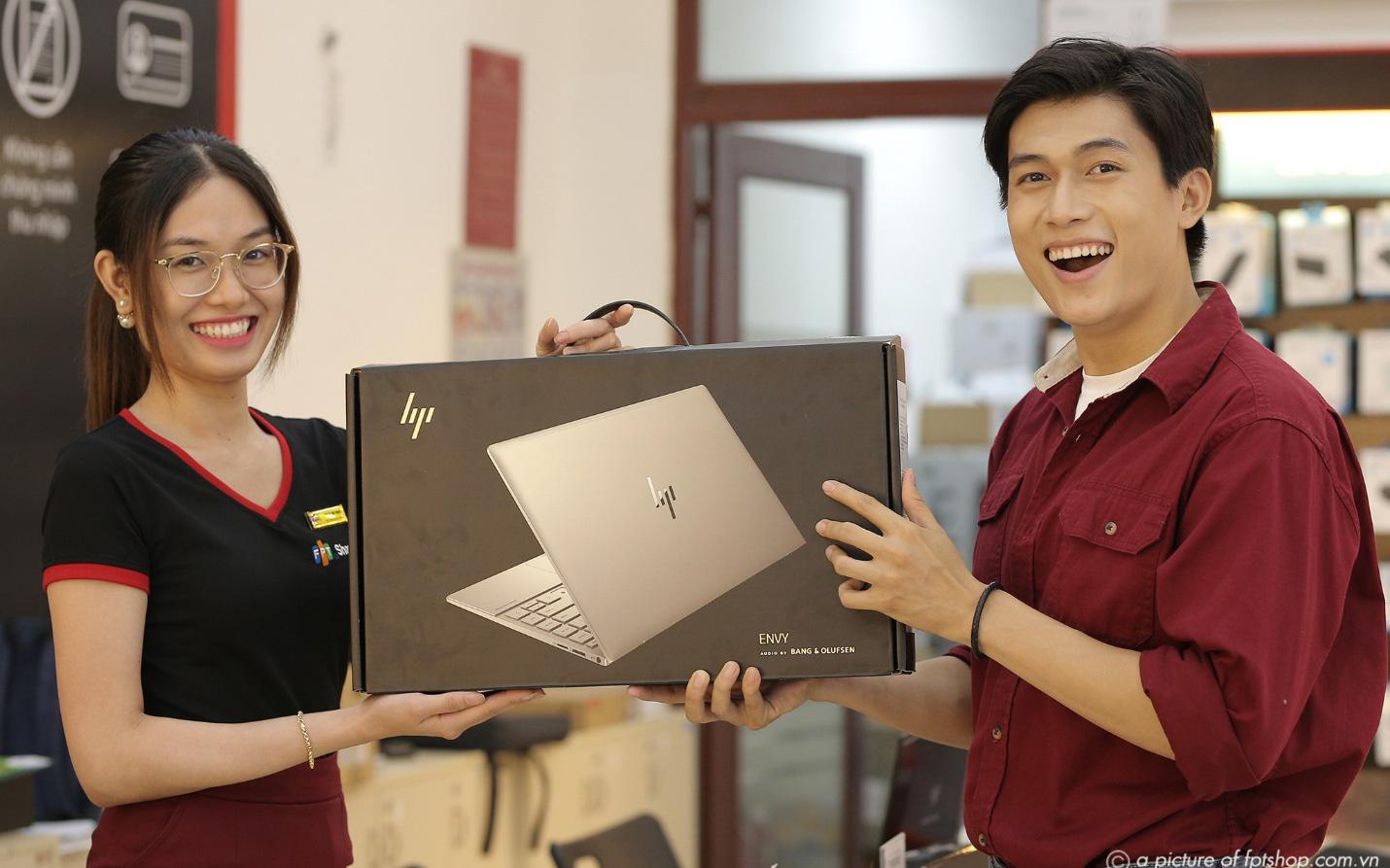 Khách hàng được trả góp 0% lãi suất khi mua laptop tại FPT Shop