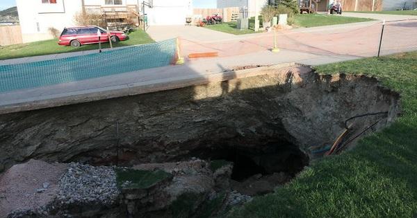 Thử khám phá hố tử thần sâu hun hút xuất hiện giữa khu phố, ai ngờ phát hiện ra cả hệ thống hầm mỏ bí ẩn nằm ngay bên dưới