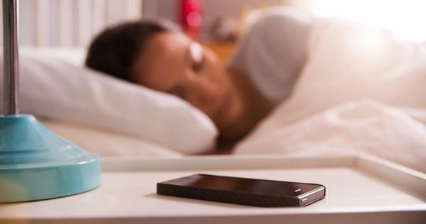 Rốt cuộc: Bạn có nên để điện thoại gần mình khi ngủ không?
