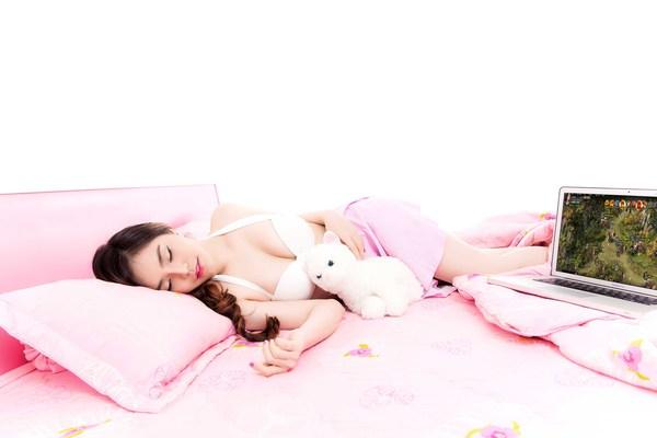 Hot girl Yulee nóng bỏng chơi khi chơi Webgame 1