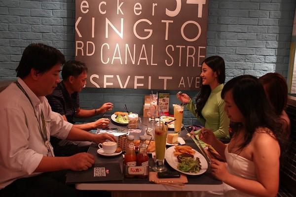 Chơi game được ăn tối với 4 hot girl Việt 11