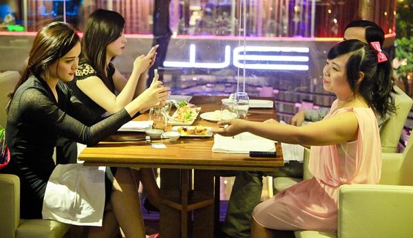 Chơi game được ăn tối với 4 hot girl Việt 8