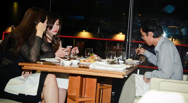 Chơi game được ăn tối với 4 hot girl Việt 10