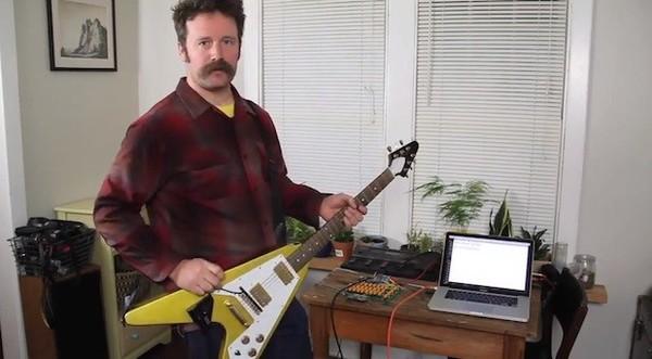 Ý tưởng độc đáo guitar kết hợp bàn phím máy tính 1