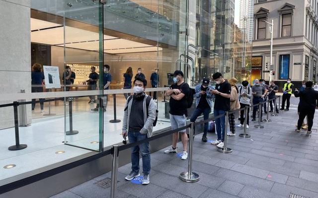 Dân tình vẫn xếp hàng dài chờ mua iPhone 12 bất chấp COVID-19