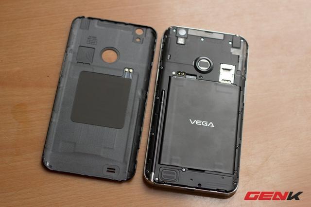 Nắp lưng dễ dàng tháo ra. A890 có 2 pin đi kèm như các máy Hàn Quốc khác.