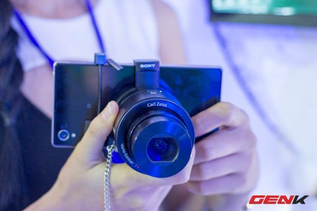 Được đặc biệt chú ý là chiếc máy ảnh trong hình dạng ống kính. Trên hình là RX100 kết nối với Xperia Z1