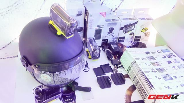 Nhiều phụ kiện đi kèm camera. Trong hình bạn có thể thấy được gắn trên mũ bảo hiểm với vỏ chống nước, chịu môi trường khắc nghiệt
