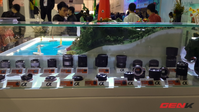 Sony cũng không quên mang đến các ống kính nhưng việc đặt trong tủ kính như này chủ yếu để trưng bày
