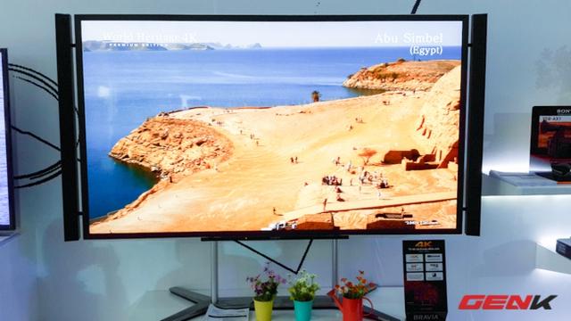 TV 4K với công nghệ mới được trưng bày ở khu vực sảnh vào nhưng có vẻ sức hút trong ngày đầu tiên chưa lớn bằng các sản phẩm khác