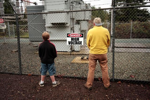 Chuyện gì sẽ xảy ra nếu bạn đi tiểu vào hàng rào điện cao thế?