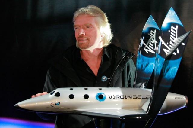 Richard Branson cùng mô hình SS2