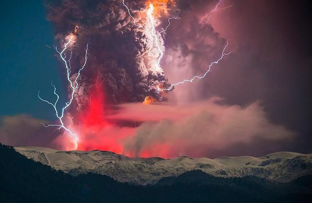 Vẻ đẹp khó tưởng khi sét đánh trúng núi lửa