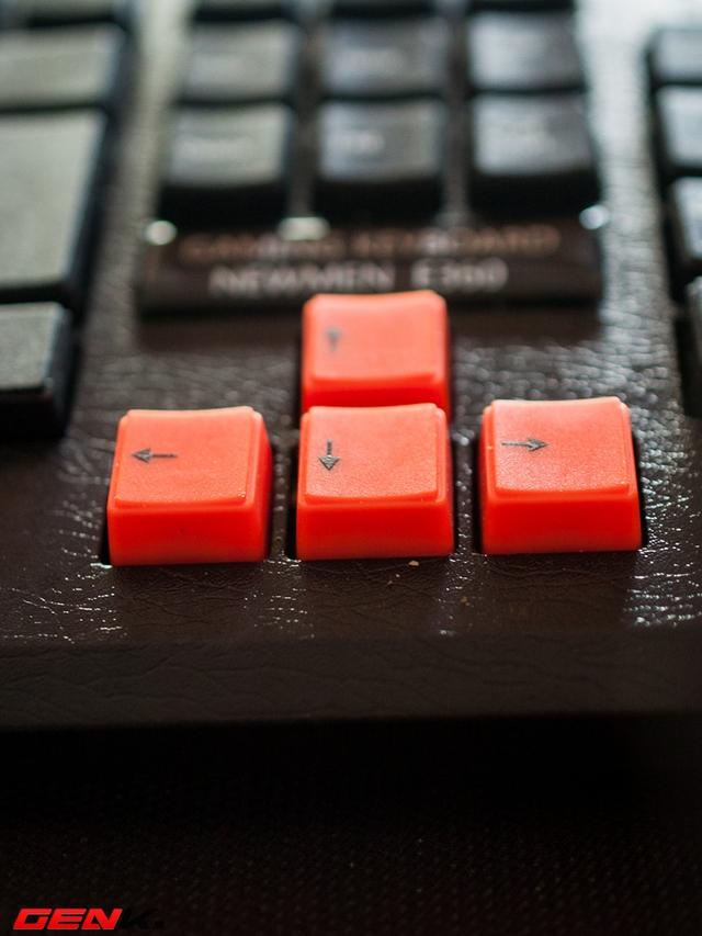 Khác với các phím khác, cụm phím điều hướng được sơn màu cam, rất nổi bật trên nền đen