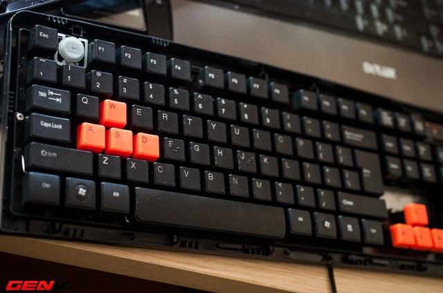 Gạt lẫy khóa dưới đáy, ta dễ dàng mở được mặt trên của bàn phím.