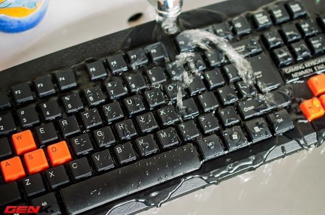 Xả trực tiếp nước lên bề mặt bàn phím trong vòng 30s liên tục.