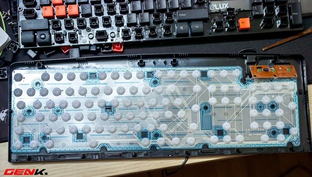 Tháo tiếp 1 lớp nữa được cố định bằng ốc vít, ta có bảng mạch là 3 lớp nhựa được ép chặt vào nhau khiến nước không lọt vào được.