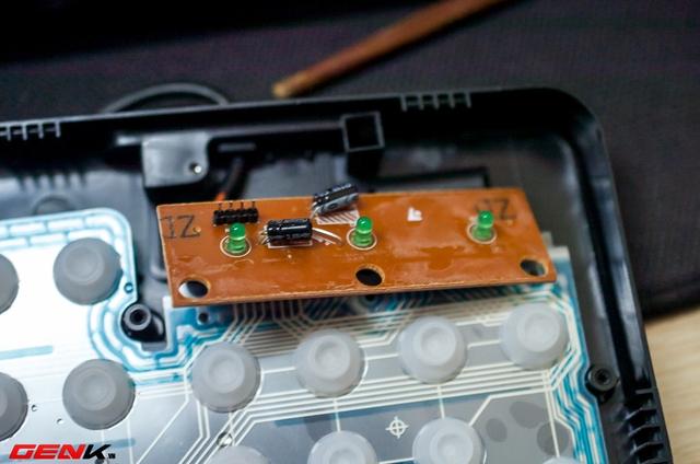 Phần bo mạch nhỏ phía trên không được bảo vệ nên nếu ngâm ngập nước bàn phím sẽ chập chờn, nhưng để khô sẽ hoạt động bình thường.