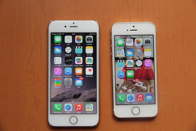 Đứng bên cạnh chiếc iPhone 5s, iPhone 6 trông rất lớn. Không khó hiểu khi nhiều người nhầm đây là iPhone 6 Plus.
