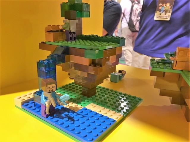 Bộ đồ chơi Lego với các hình ảnh của Minecraft.