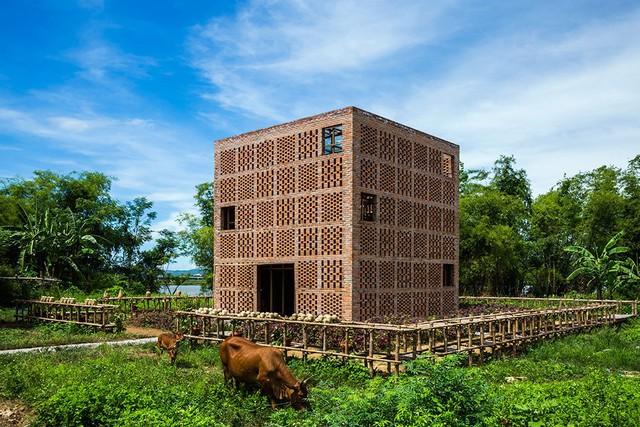 Không hoa mỹ, ngôi nhà được ví như một tác phẩm gốm khổng lồ giữa đất trời Nam Trung Bộ
