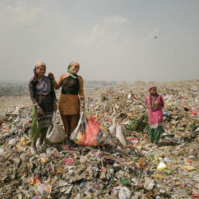 Những người bán ve chai đang tìm kim loại trên bãi rác Ghazipur. Vào những ngày may mắn, họ có thể kiếm được 1000 rupee (15 USD).