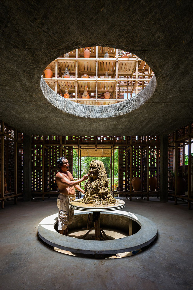 nghệ nhân gốm Lê Đức Hạ làm việc trong không gian gần như lý tưởng: riêng tư nhưng vẫn có thể lấy cảm hứng từ gió, hơi nước, dòng sông và âm thanh tự nhiên từ môi trường xung quanh