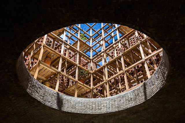 Giếng trời lấy ánh sáng cho không gian làm việc của nghệ nhân gốm
