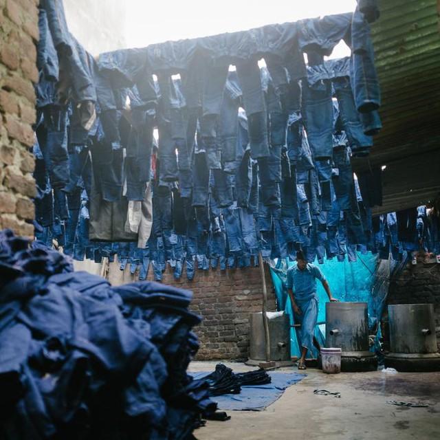 Công nhân một xưởng nhuộm quần jeans tại Silampur, một trong những khu vực ô nhiễm nặng nhất Delhi.