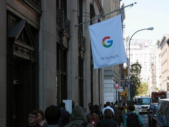 Cửa hàng bán lẻ của Google được đặt tại số 96 phố Spring St, Manhattan. Đây là một con phố khá đông người qua lại. Bên ngoài chỉ có duy nhất một chiếc cờ với logo của Google, không có bất kỳ biển hiệu quảng cáo nào giống như Apple Store.