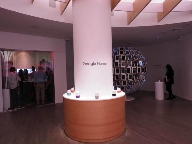 Chiếc loa thông minh Google Home cũng có một khu vực trưng bày riêng.