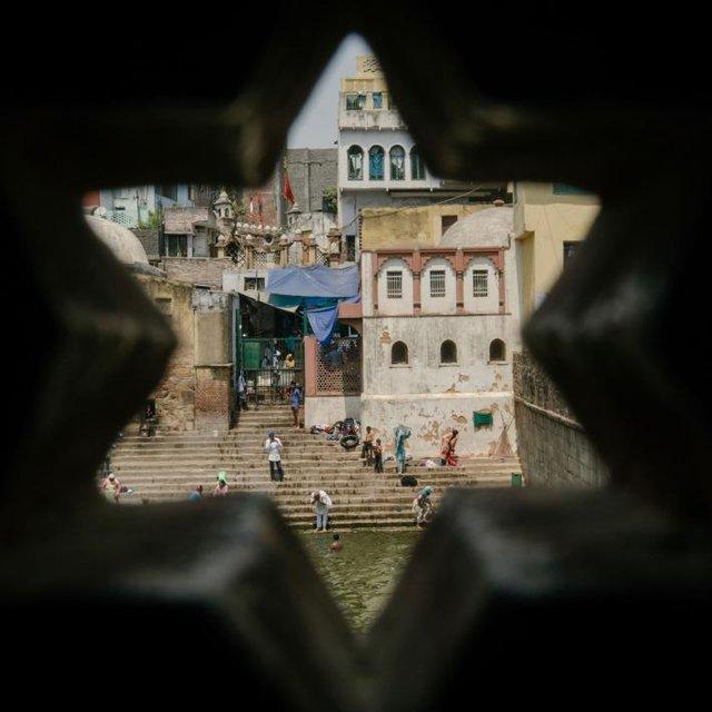 Người dân Delhi tắm và rửa tội trên những bậc thang tại đền thờ Nizamuddin Sufi. Đây từng là nơi người ta tới lấy nước sạch, thế nhưng nay cũng trở nên ô nhiễm như bao nơi khác.