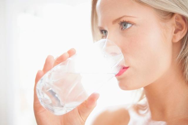 Khó nuốt có thể là dấu hiệu của cơ thể cho thấy bạn đã uống đủ nước