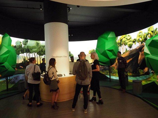 Khu vực rộng nhất trong cửa hàng được Google dành riêng cho thiết bị thực tế ảo Daydream View.