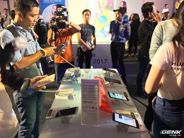 Hình ảnh tại bàn trải nghiệm các sản phẩm mới của Huawei.