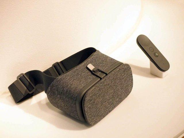 Đây chính là chiếc kính thực tế ảo của Google, cùng với chiếc điều khiển rất nhỏ gọn.