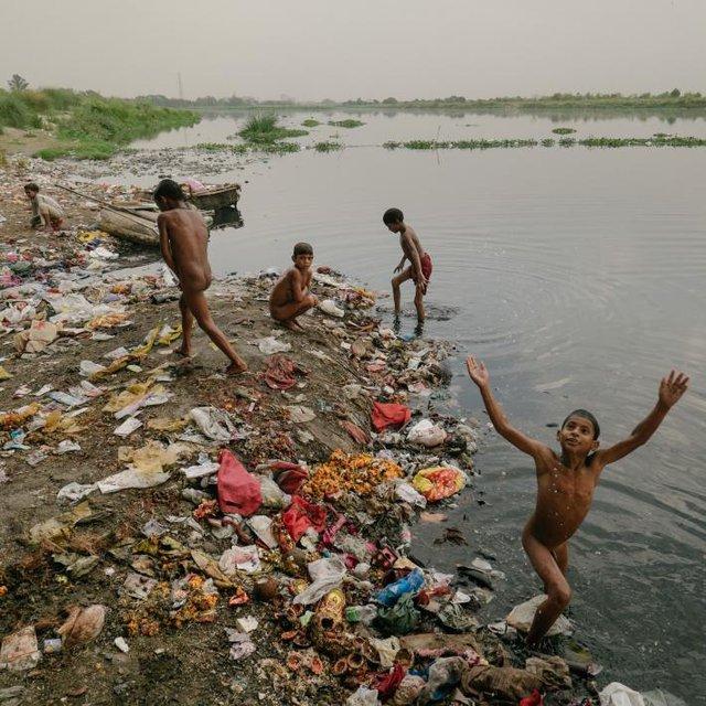 Những đứa trẻ còn rất nhỏ nơi đây sống, làm việc và nô đùa ngay trên những khúc sông Yamuna ngập rác.