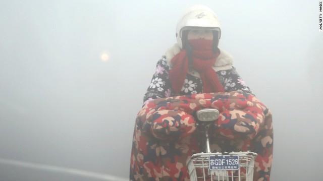 Một người đi xe máy tại Liên Vân Cảng, Giang Tô ngày hôm qua