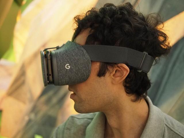 Chiếc kính thực tế ảo này hoạt động nhờ lắp smartphone vào phía trước, giống như Samsung Gear VR. Trong bức ảnh này, chiếc kính hoạt động cùng với smartphone Pixel.
