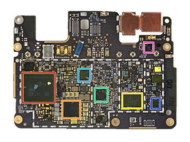 Mặt sau bao gồm: Đỏ - bộ nhớ Samsung KLUBG4G1CE 32 GB, cam - Qualcomm PM8996, vàng - chip năng lượng Avago ACPM-7800, xanh lá cây - Qualcomm WTR3925, xanh dương nhạt - chip âm thanh Qualcomm WCD9335, xanh dương đậm - chip năng lượng Skyworks SKY77807, hồng - chip sóng di động Qualcomm RF360.