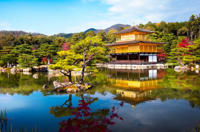 Bất cứ khách du lịch nào đến Nhật Bản cũng phải tìm đến thành phố nghìn năm để chụp ảnh. Kyoto là thành phố lâu đời của Nhật bản với những triều đại thống trị lâu đời, những tòa nhà, đền đài mang kiến trúc hoàng gia cộng thêm đó là 1.600 ngôi chùa Phật giáo nổi tiếng như chùa Kinkaku-ji.