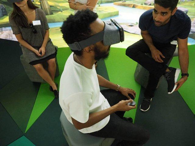 Khi trải nghiệm chiếc kính này, du khách sẽ được ngồi trên một chiếc ghế xoay.