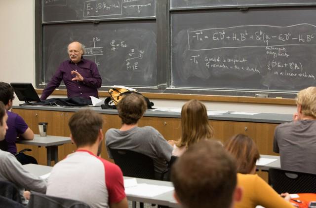 Giáo sư Haldane có buổi lên lớp đầu tiên ngay buổi sáng đoạt giải Nobel, ông giảng một bài về trường điện từ