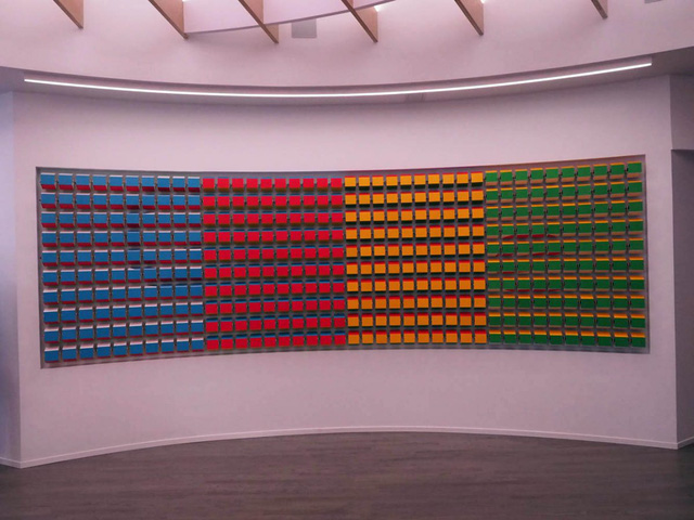 Tuy nhiên đó chưa phải là thiết kế đặc biệt nhất, Google còn tạo ra một bức tường đặc biệt với các ô vuông màu sắc. Đó là 4 màu cơ bản có trên logo của Google và chúng cũng có thể thay đổi.