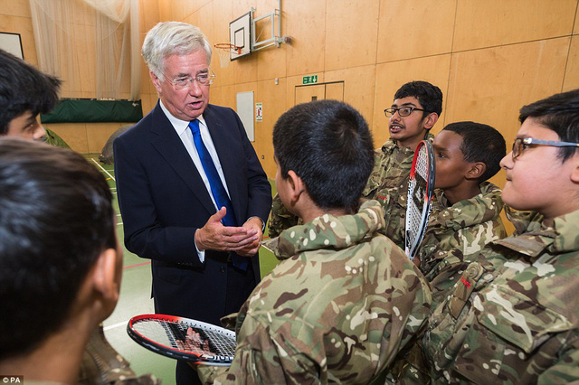 Sir Michael nói rằng sẽ đến Barrow để cắt thép ở tàu ngầm Trident