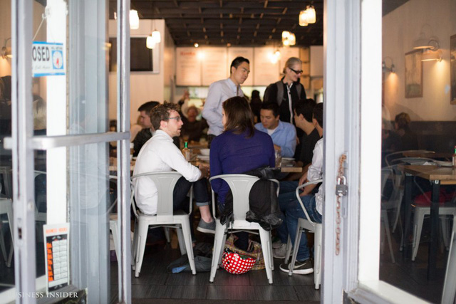 Có hẳn một cộng đồng những người nhịn ăn cách quãng, Woo cùng họ ăn bữa sáng của mình